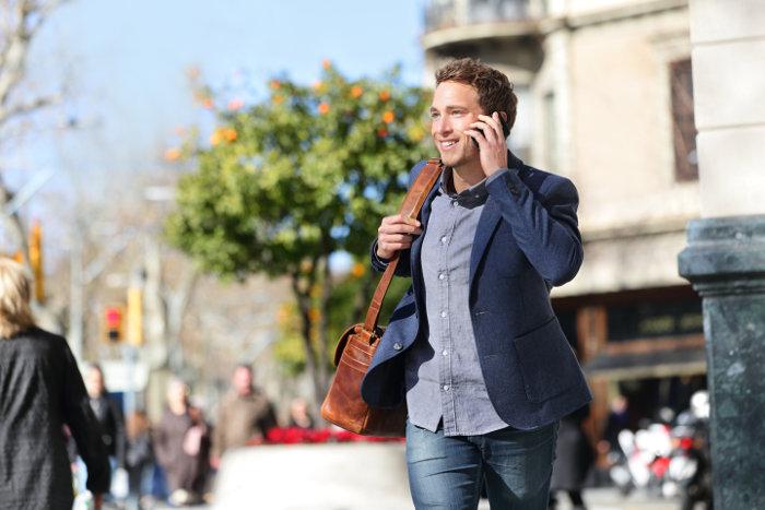 mann läuft durch die Straße in Spanien
